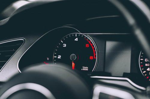 tableau de bord d'une voiture éclairé